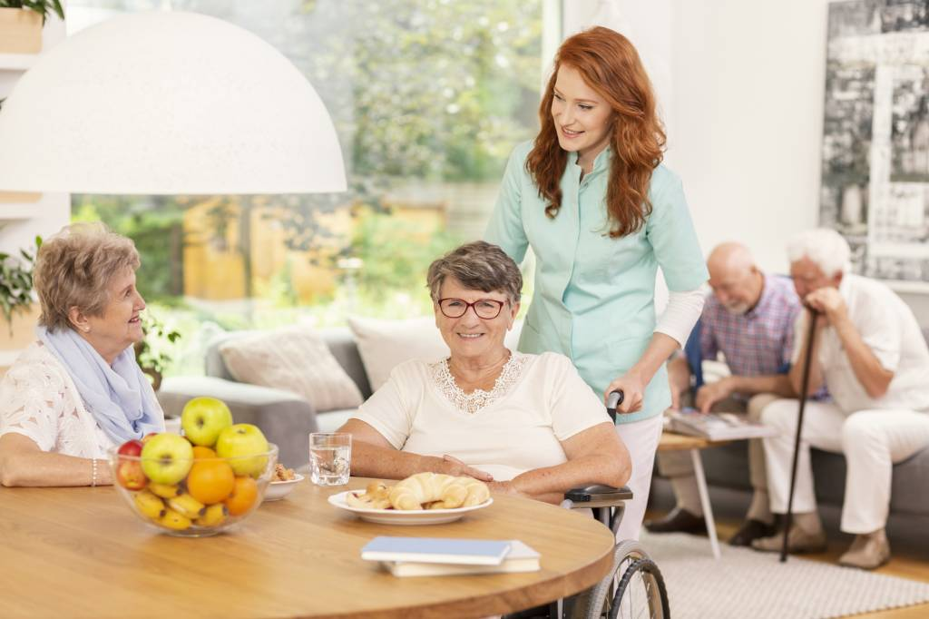 Caregiver-with-Seniors-Eating-Breakfast